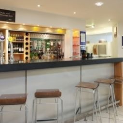 Bar Holiday Inn Express BEDFORD Fotos