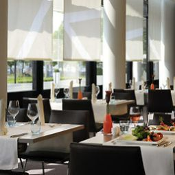 Salle du petit-djeuner situe dans le restaurant Novotel Muenchen Airport Fotos